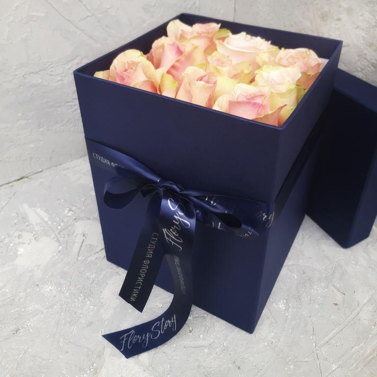 Розы в квадратной коробке размера М -305