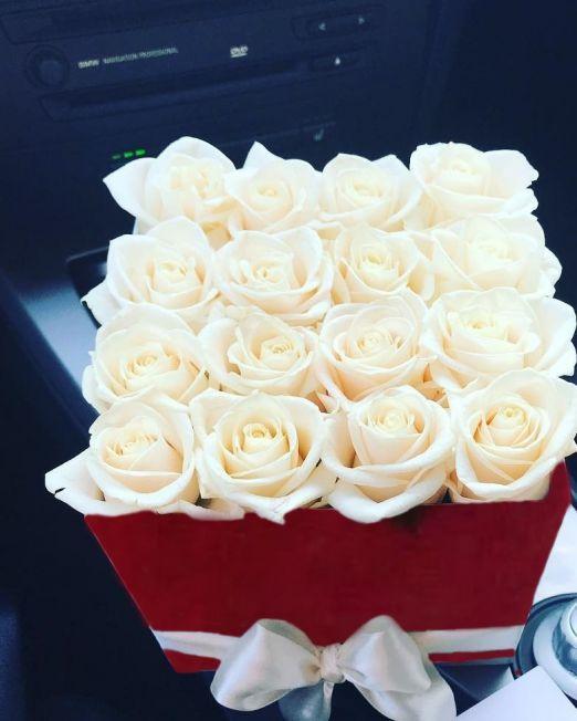 розы белые в квадратной коробке_1