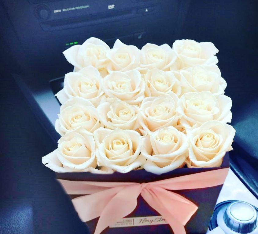 Розы белые в квадратной коробке 303