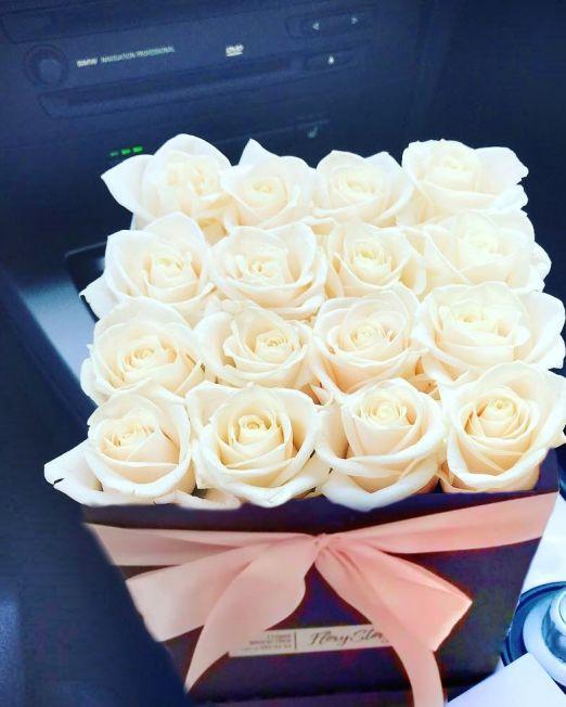 розы белые в квадратной коробке_2