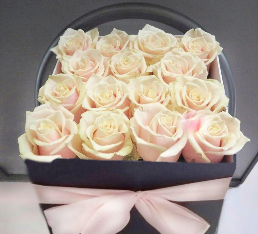 Розы шампань в квадратной коробке 301