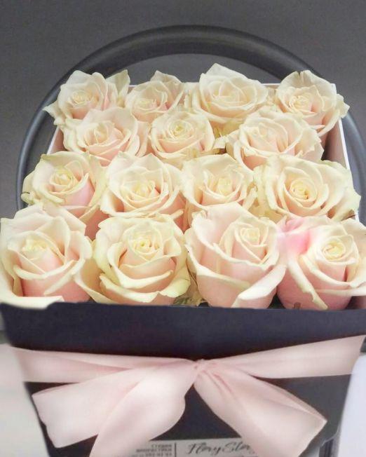 розы персиковые в квадратной коробке_1