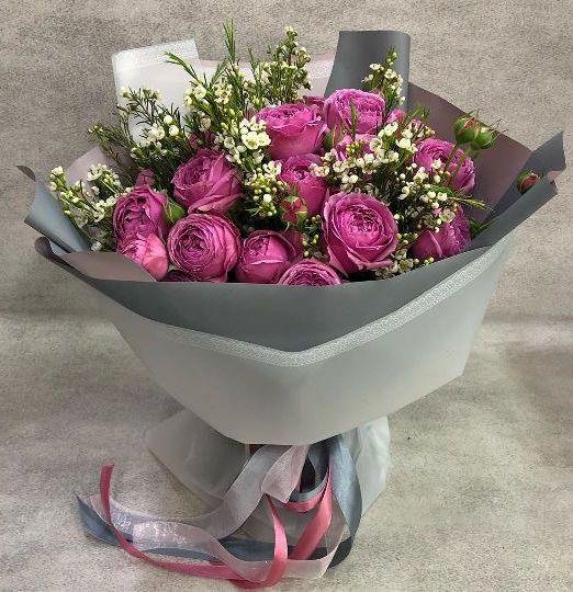 букет из пионовидных роз мистибаблз и хемелациума