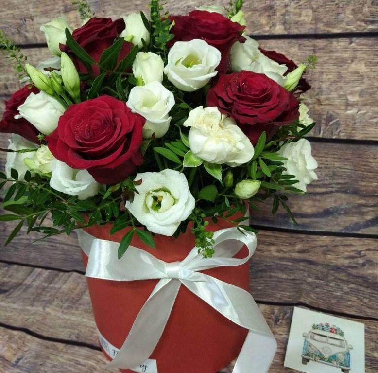 Коробка круглая (цилиндр) с розами в красно-белой гамме 057