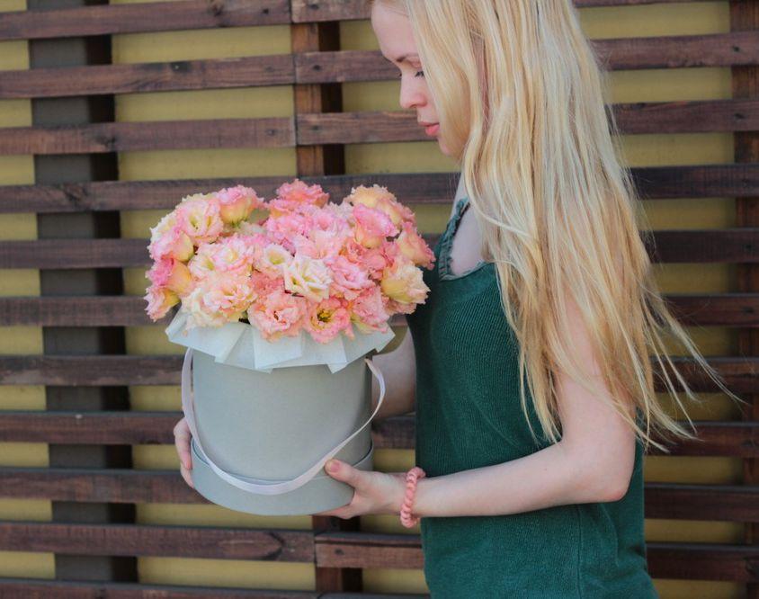 Шляпная коробка с розовой эустомой 040