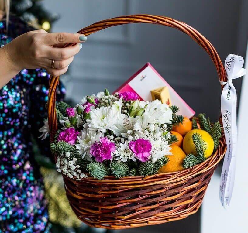 Подарочная корзина с цветами, сладостями и фруктами 579
