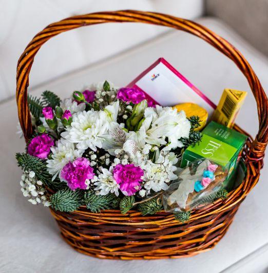 корзина с цветами и сладостями _2