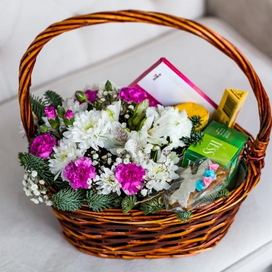 Подарочная корзина со сладостями и цветами 430