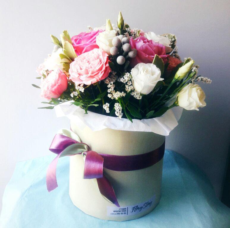 Коробка круглая (цилиндр) с пионовидными розами и брунией 048
