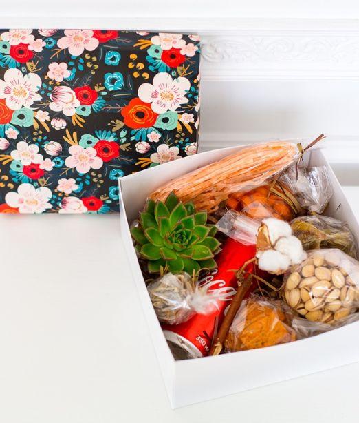 Подарочная коробка мужская с суккулентом, орехами, напитком 410