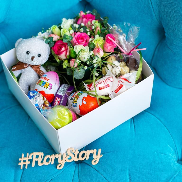 Подарочная коробка с цветами, игрушкой и сладостями 401