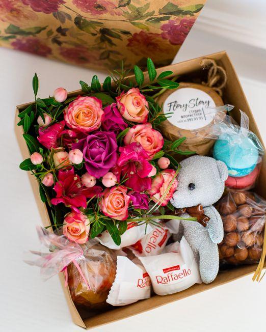 Подарочная коробка с цветами, игрушкой и сладостями 409