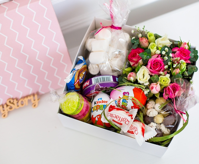 Подарочная коробка (для девочки) с цветами, сладостями 402