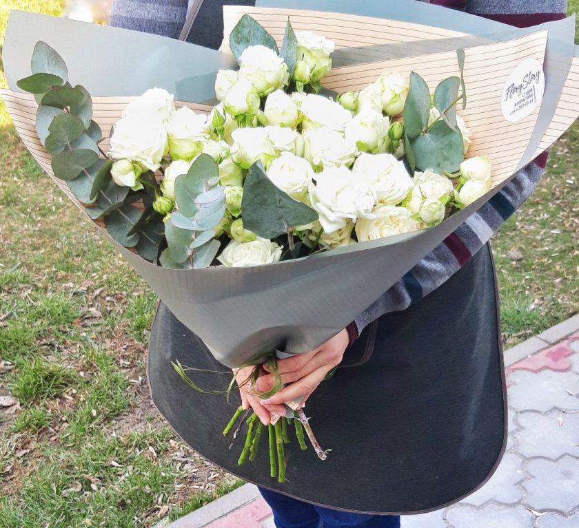 Букет из белых пионовидных кустовых роз 204