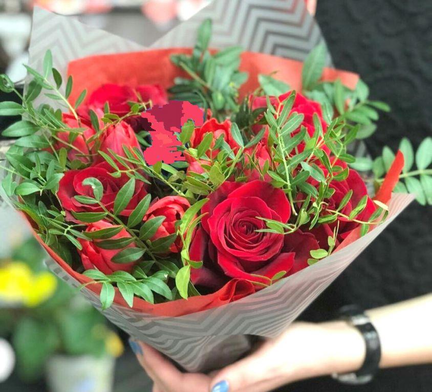 Букет из красной розы и зелени 089