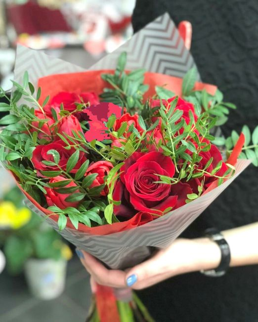 Букет сборный из красной розы и зелени