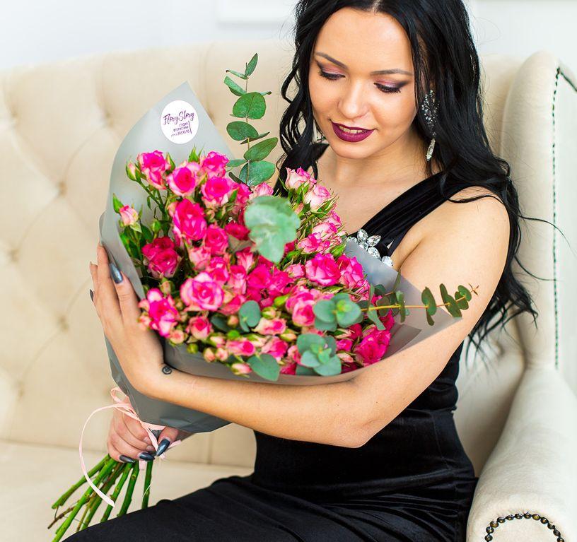 Букет сборный из кустовой розы и эвкалипта 280
