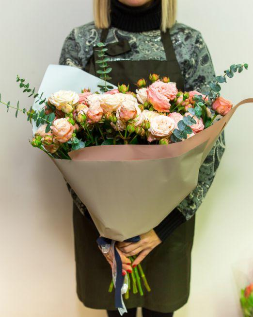 Букет из пионовидной розы бомбастик и эвкалипта 242