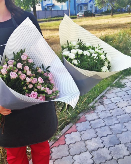 Букет сборный из кустовых роз и зелени 415