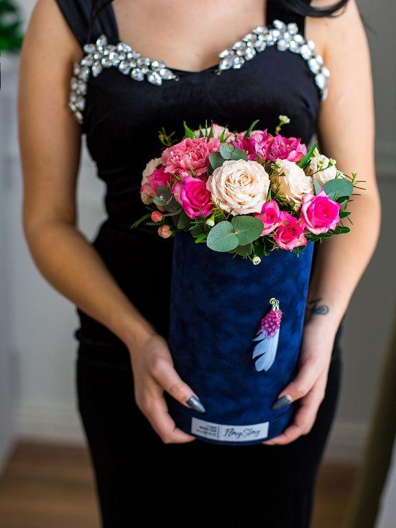 Коробка круглая (цилиндр) бархатная с пионовидными розами 263