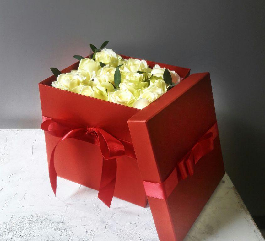 Розы белые в квадратной коробке 304