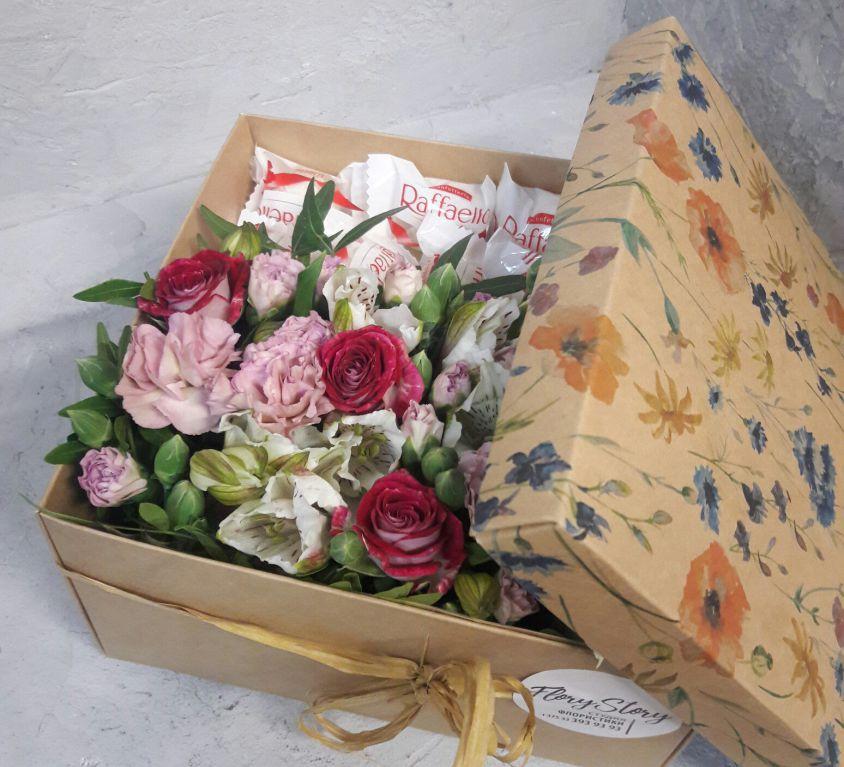 Коробка с цветами и сладостями 102