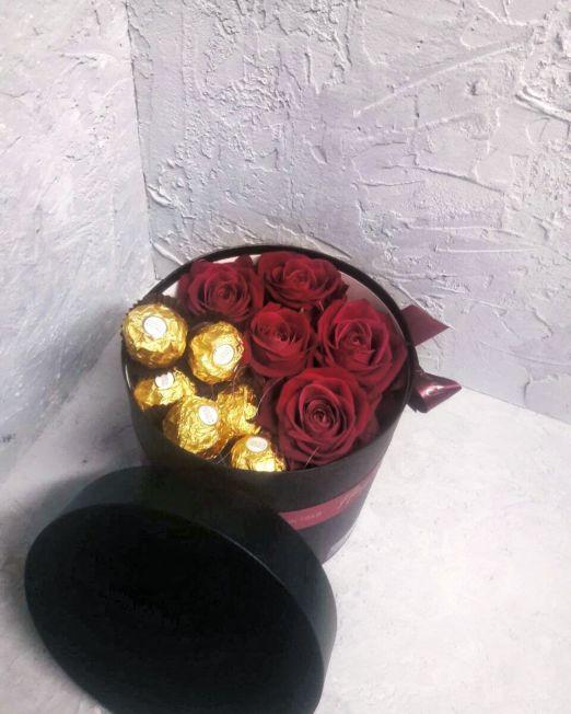 Коробка круглая с цветами и сладостями 106