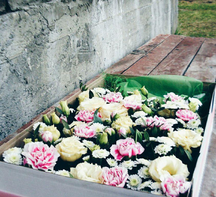 Коробка с цветами и сладостями 108
