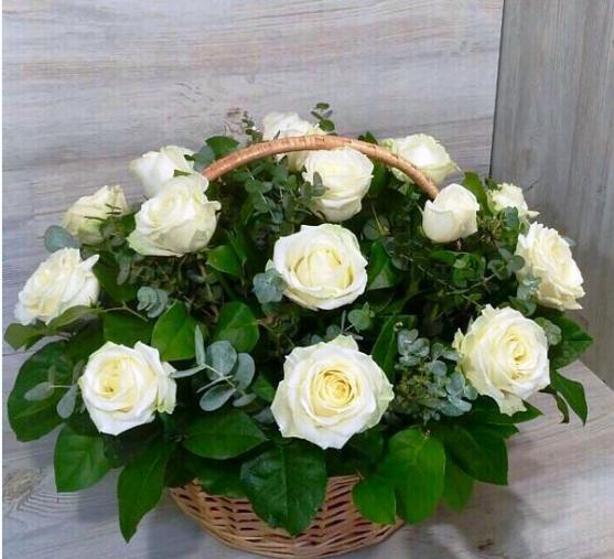 Корзина с белыми розами и эвкалиптом 237
