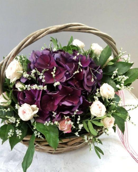 Корзина с гортензией, кустовой розой и эвкалиптом 295