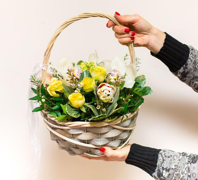 Корзина с орхидеей и пионовидной розой 233