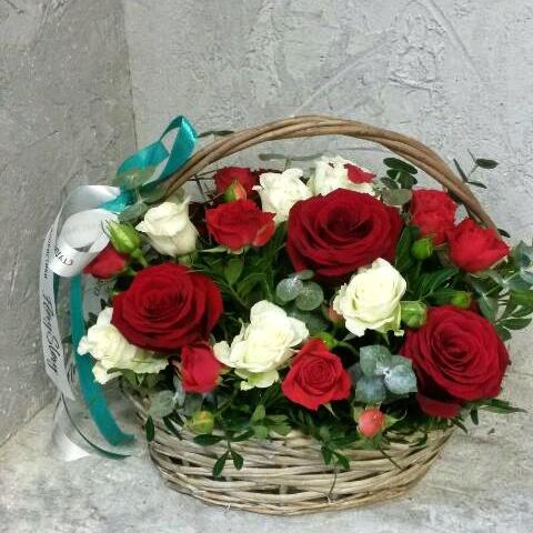 Корзина с розами красно-белая 424