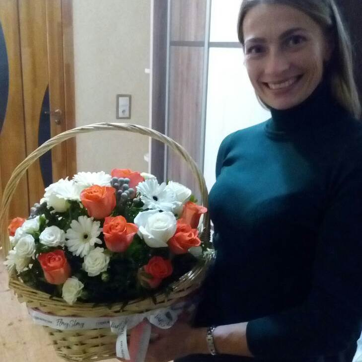 Корзина сборная с розами и герберами 422