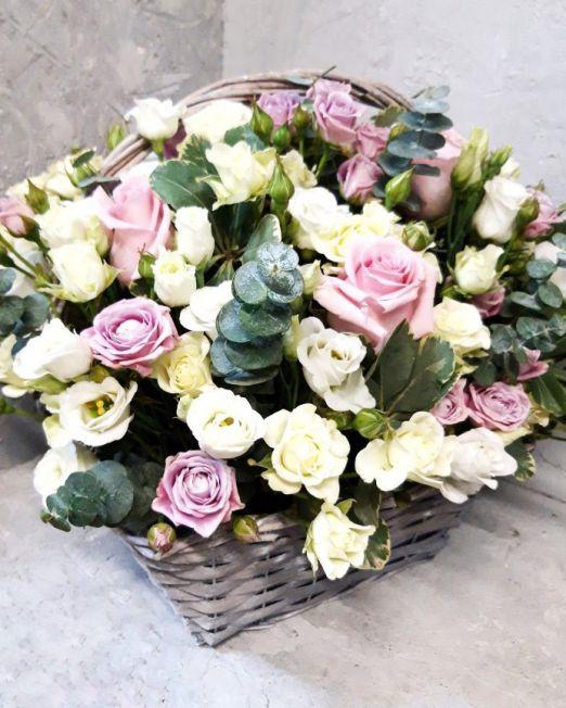 Корзина с эвкалиптом и пионовидной розой 227