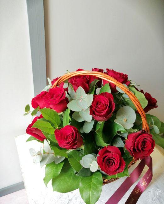 Корзина с красными розами и эвкалиптом 272