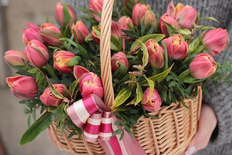 Корзина с тюльпанами 239