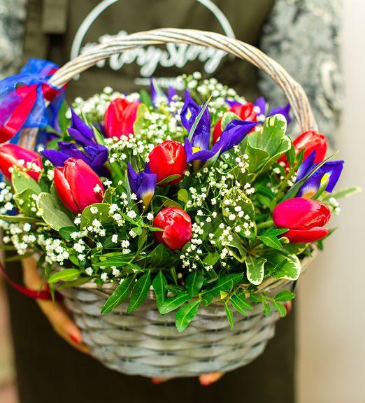 Корзина с тюльпанами и ирисами 232