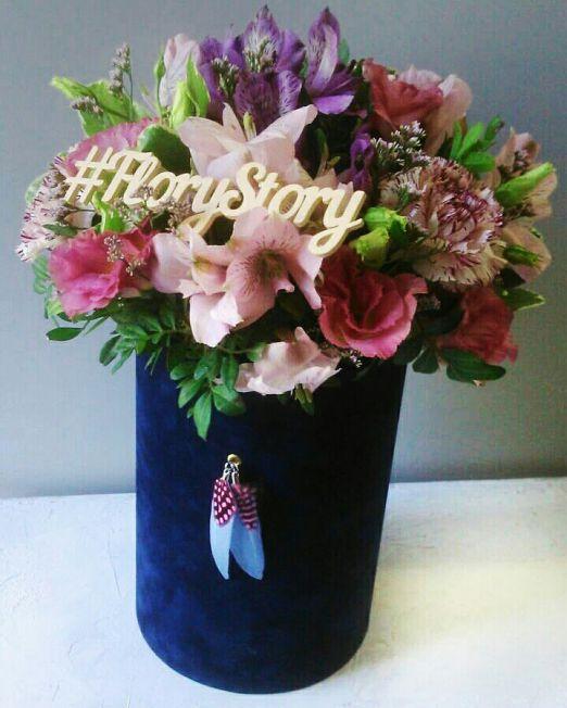 Коробка круглая (цилиндр) бархатная с пионовидными розами 052