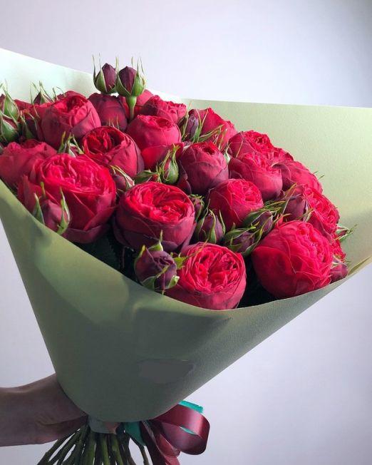 букет из красной пионовидной розы