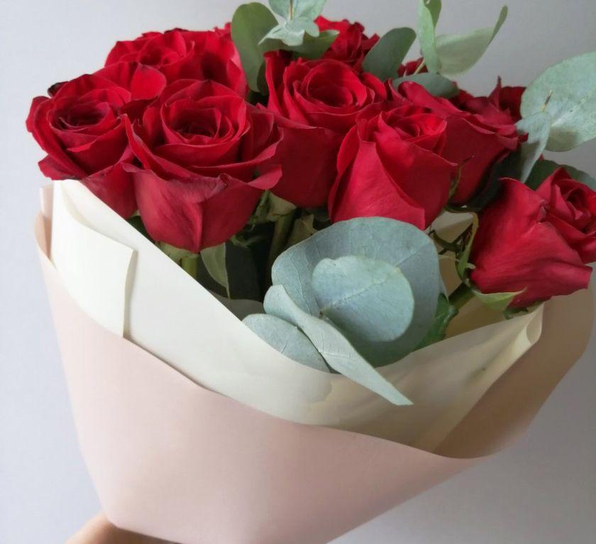 Букет из красных роз и эвкалипта 071