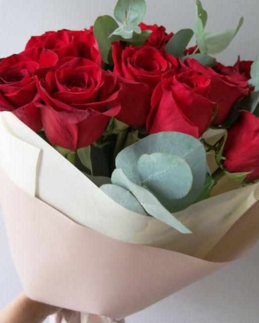 букет из красных роз с эвкалиптом