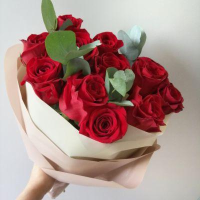 букет из красных роз с эвкалиптом_1