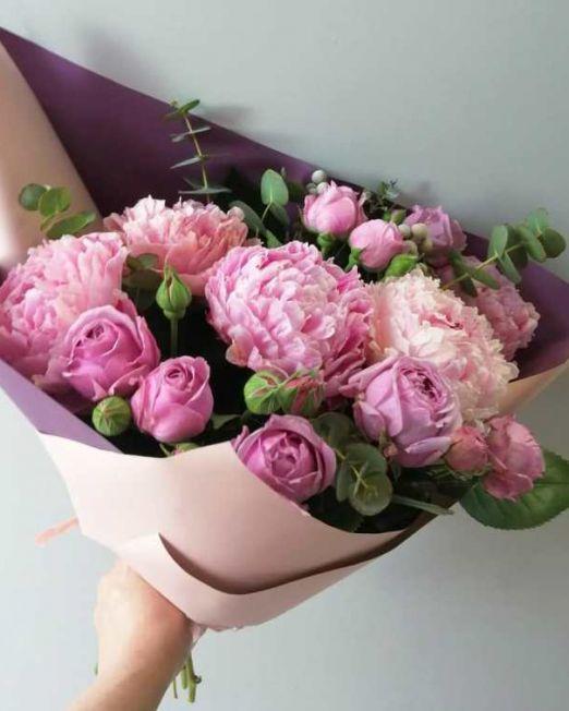 букет с пионами и пионовидной розой