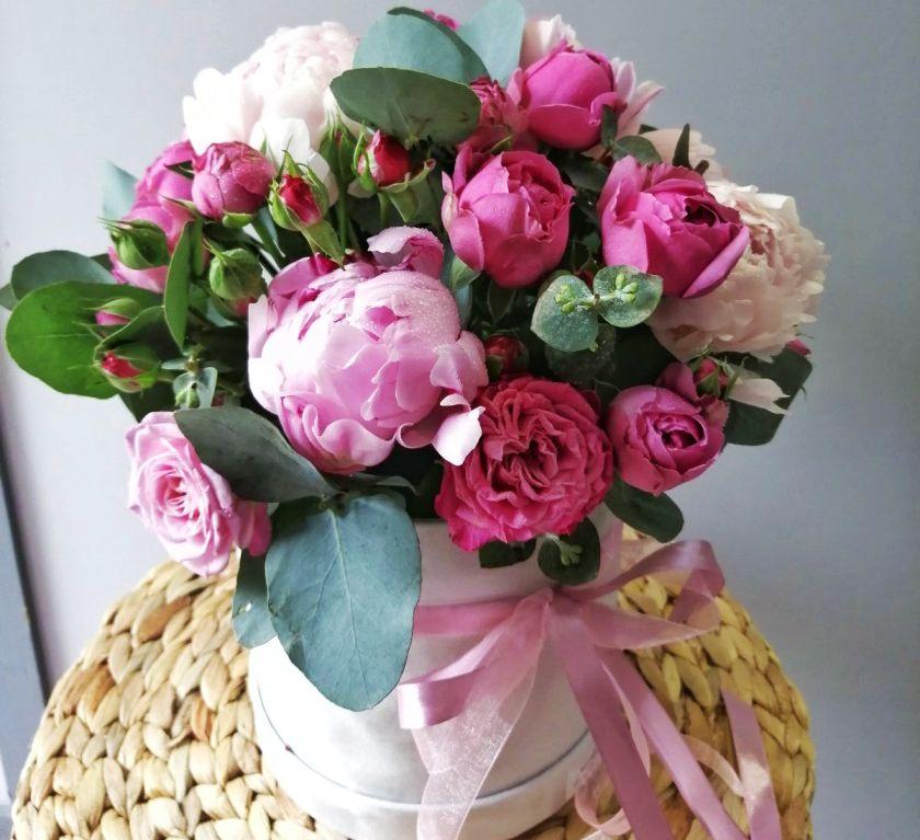 Шляпная коробка с пионами и пионовидной розой 512