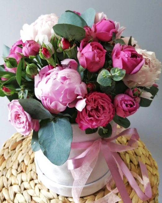 шляпная коробка с пионами и пионовидной розой