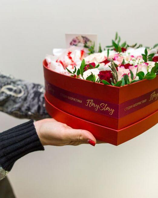 Сердце с цветами в коробке 335 1