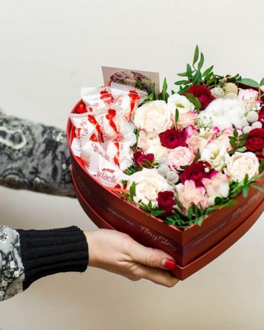 Сердце с цветами в коробке 335