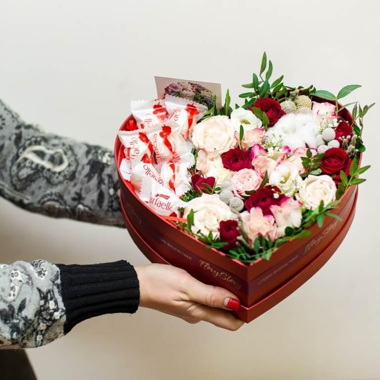 Сердце с цветами в коробке размер М 335