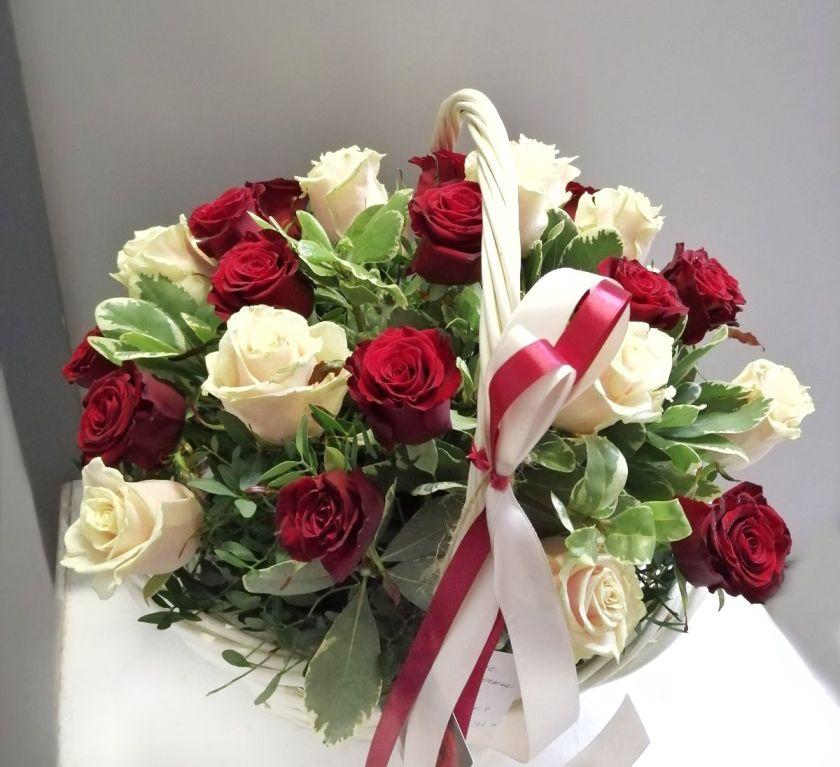 Корзина с розами (красные, персиковые) 310