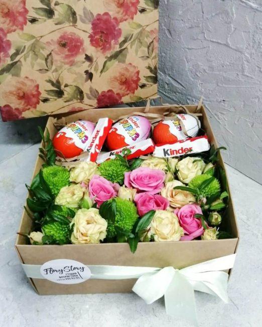 коробка с цветами и киндер-сюрпризами
